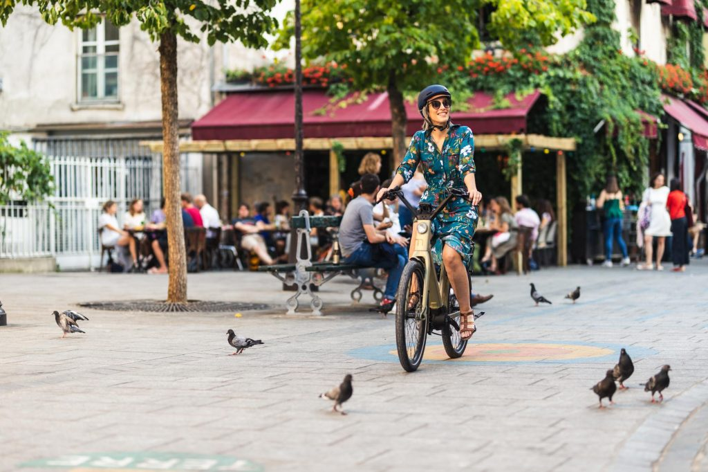 une femme qui fait du velo en ville